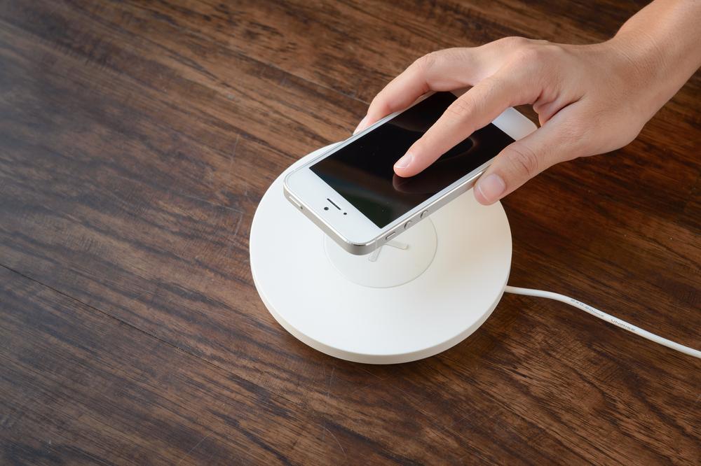 Slik kan du lade mobilen trådløst Smart, annonsørinnhold